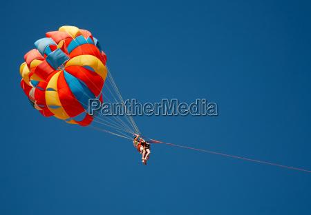 paracadute di colore nel cielo
