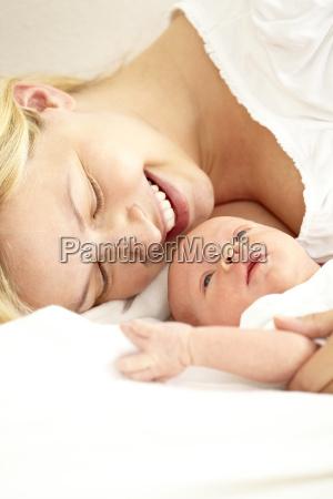 2 settimane vecchio bambino con mama