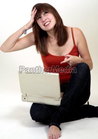ragazza sul computer portatile