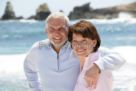 ritratto di coppia senior sulla spiaggia