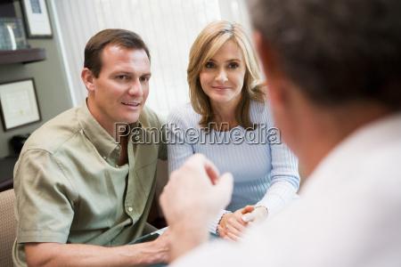 coppie in consultazione alla clinica di