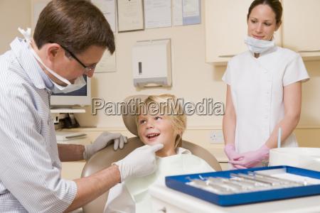 dentista ed assistente nella stanza dellesame