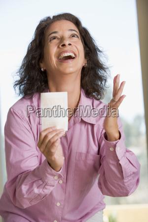 donna con biglietto vincente della lotteria
