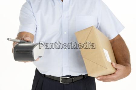 corriere che tiene un pacchetto ed