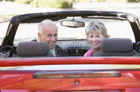 coppia convertibili in auto sorridente