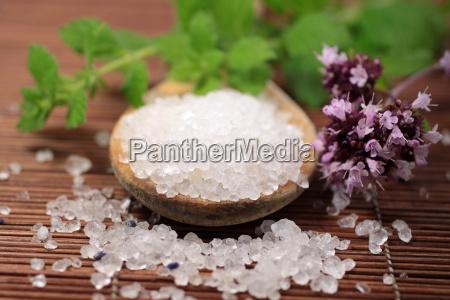 cucchiaio di legno con sale da