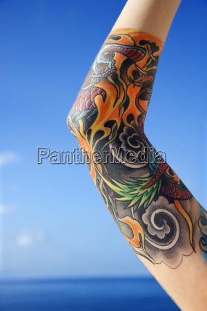 braccio di donna tatuata