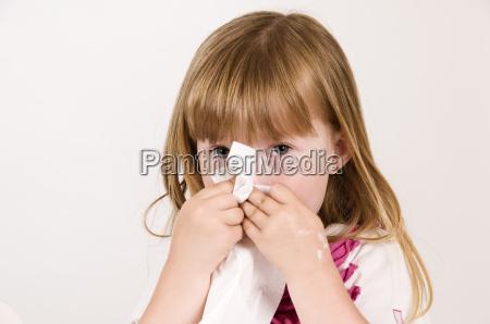 soffiare il naso di una bambina