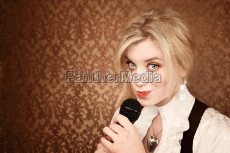 cantante microfono interprete intrattenitore