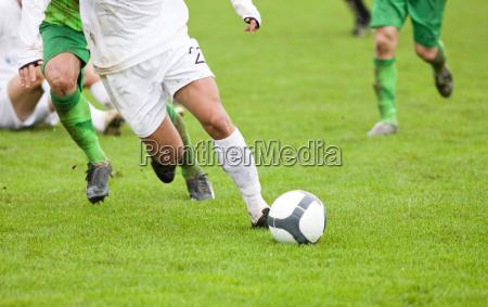 calciatori che lottano per la palla