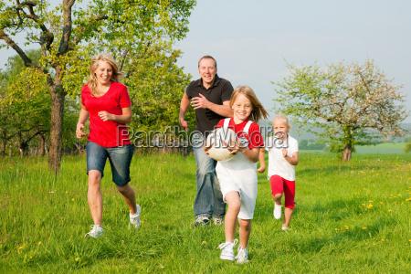 famiglia gioca palla