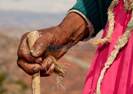mani di una contadina america latina