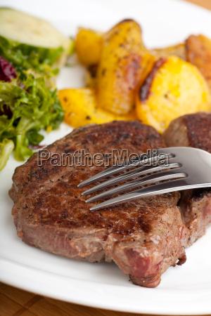 forchetta bistecca manzo insalata carne patata