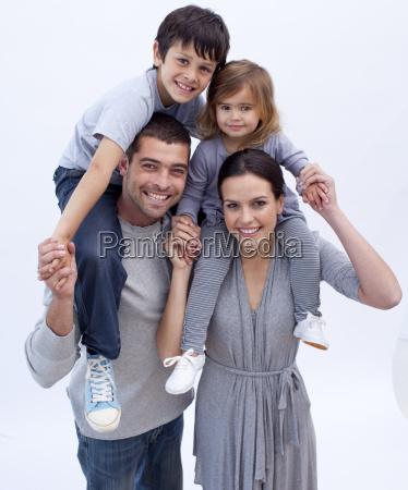 i genitori che danno i bambini