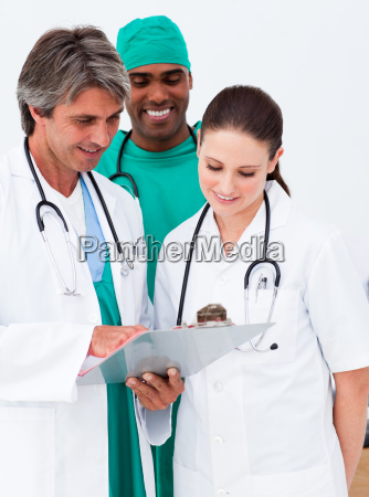 equipe medica a studiare una storia