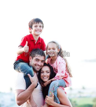 genitori che danno ai bambini cavalcate