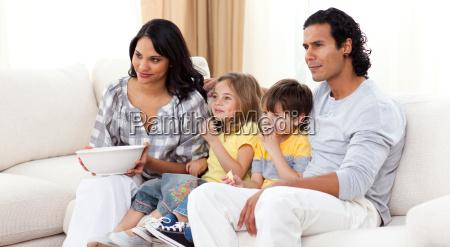 famiglia sorridente guardare la tv sul