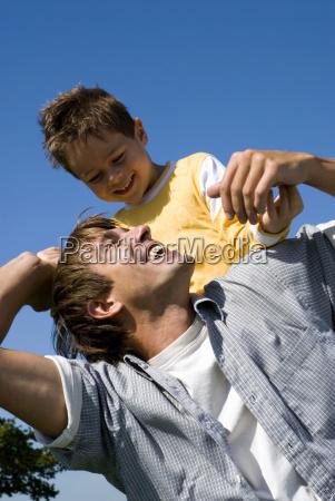 ragazzo che si siede sul padre