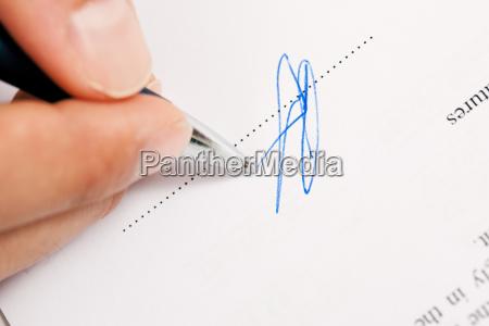 luomo firma il contratto