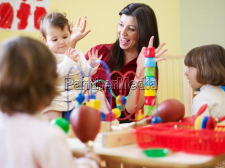 tre bambine e insegnante di sesso
