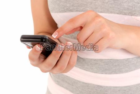 irriconoscibile giovane ragazza utilizzando un telefono