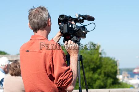 uomo con la videocamera