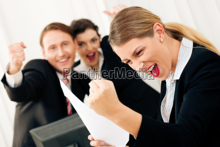 gli uomini daffari in ufficio celebra