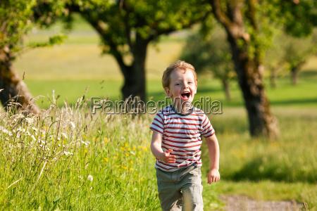 il ragazzo corre lungo una pista