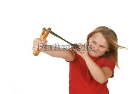 giocherellona bambina con una fionda su