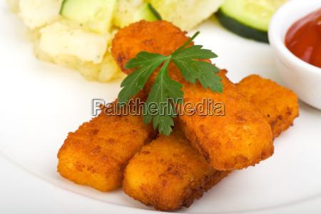 bastoncini di pesce e insalata di