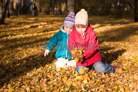 i bambini gettano le foglie dautunno