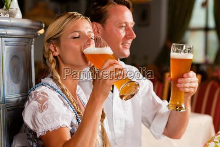 donna baviera birra costume coppia uomo