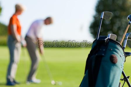 maturo coppia giocando golf focus su