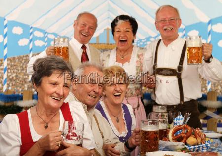 pensionati nella tenda birra