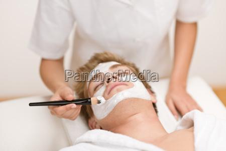 uomo cosmetici maschera facciale in salone