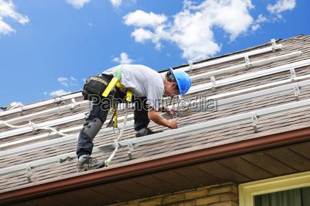 uomo che lavora sul tetto di