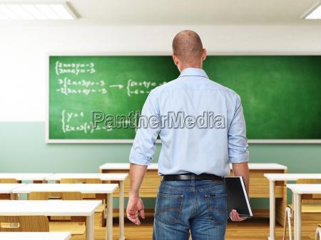 uomo con libro in classe
