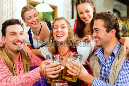 la gente beve birra in baviera