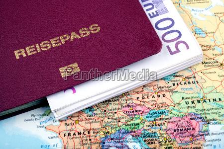 passaporto con banconote su carta di