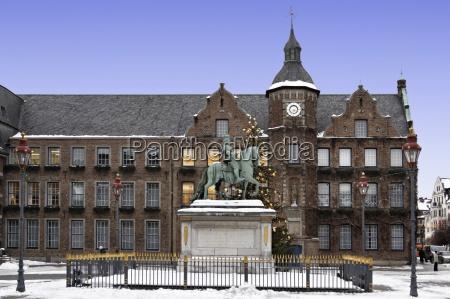 monumento statua citta vecchia municipio mercato