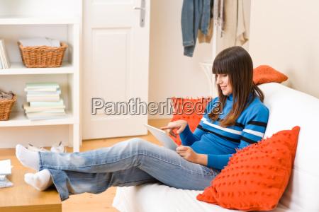 adolescente ragazza relax casa con touch