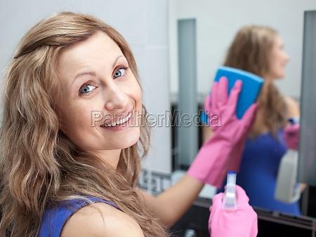 donna affascinante pulire lo specchio di