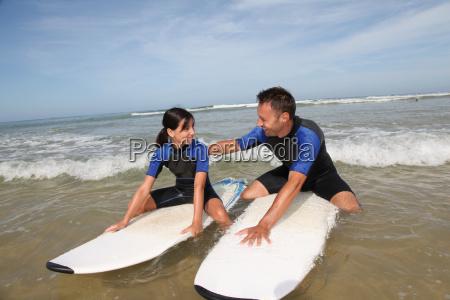 padre e figlia che naviga nelloceano