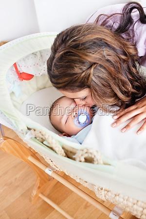 gentile giovane madre che si prende