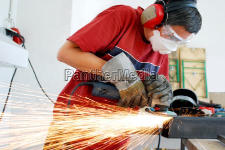 operaio metallo con una smerigliatrice e