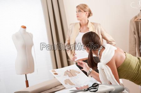 modello di moda montaggio abiti di