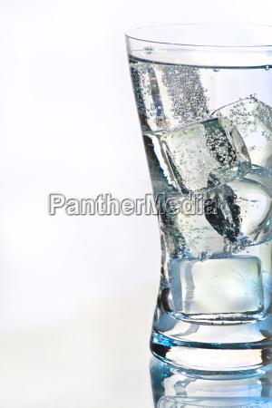 bicchiere dacqua con acqua minerale