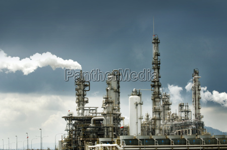 raffineria di petrolio con il fumo