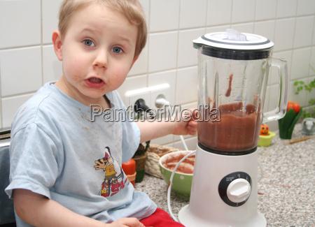 cibo cucina budino miscelatore ragazzo martinetto