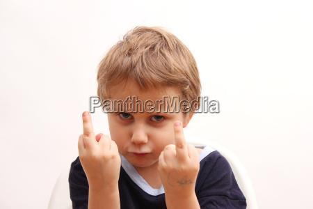 sfacciato irrispettoso impertinente rude maleducato dito